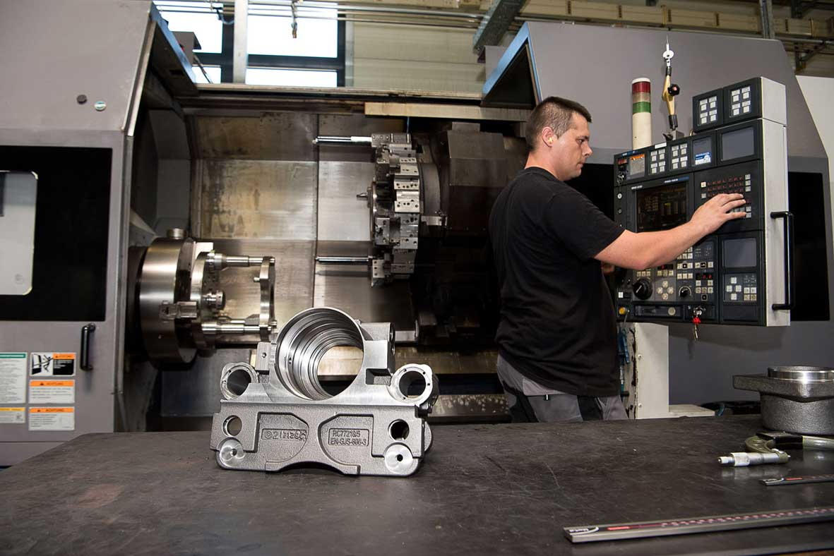Neueder_Maschinenbau_Drehen_bei-der-Arbeit
